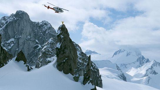 Un professeur d'héli-ski se tient au sommet d'Osprey Spire, dans la chaîne de montagnes Purcell, au ...
