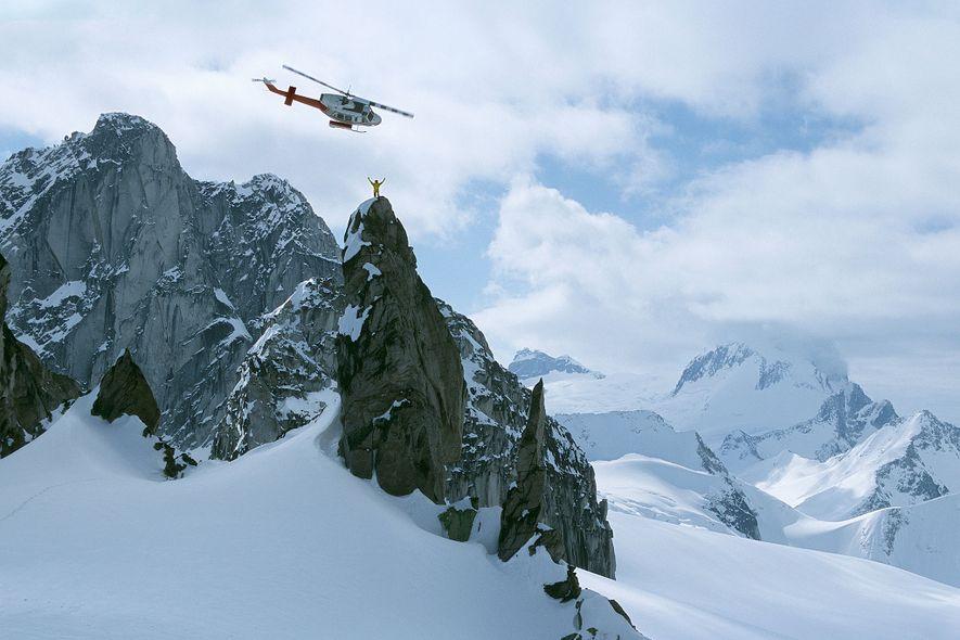 Un professeur d'héli-ski se tient au sommet d'Osprey Spire, dans la chaîne de montagnes Purcell, au …