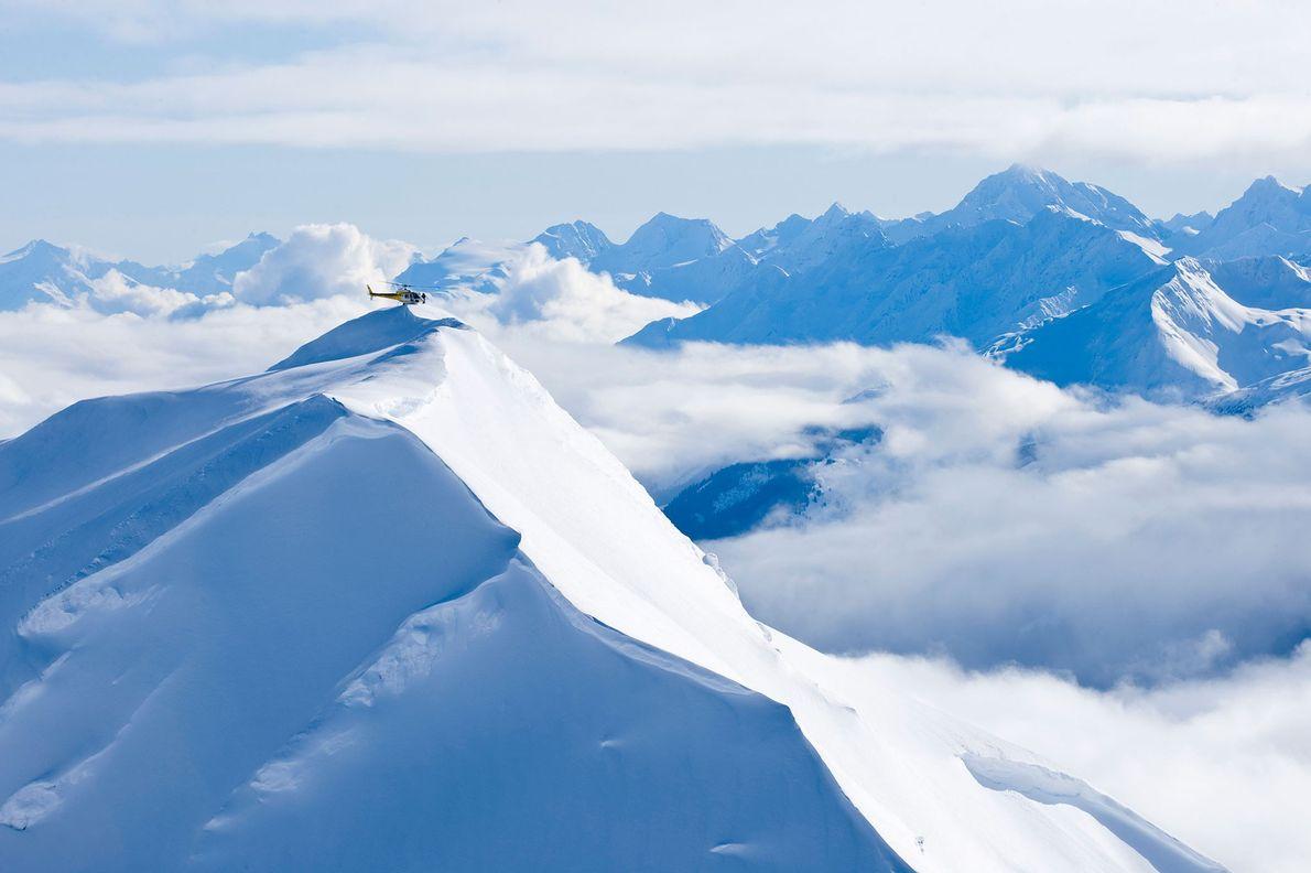 Un hélicoptère atterrit sur un sommet du glacier Chilkat, à Haines, en Alaska.