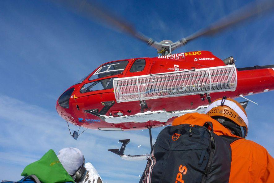 Un hélicoptère décolle après avoir déposé des skieurs sur la péninsule des Trolls, en Islande.