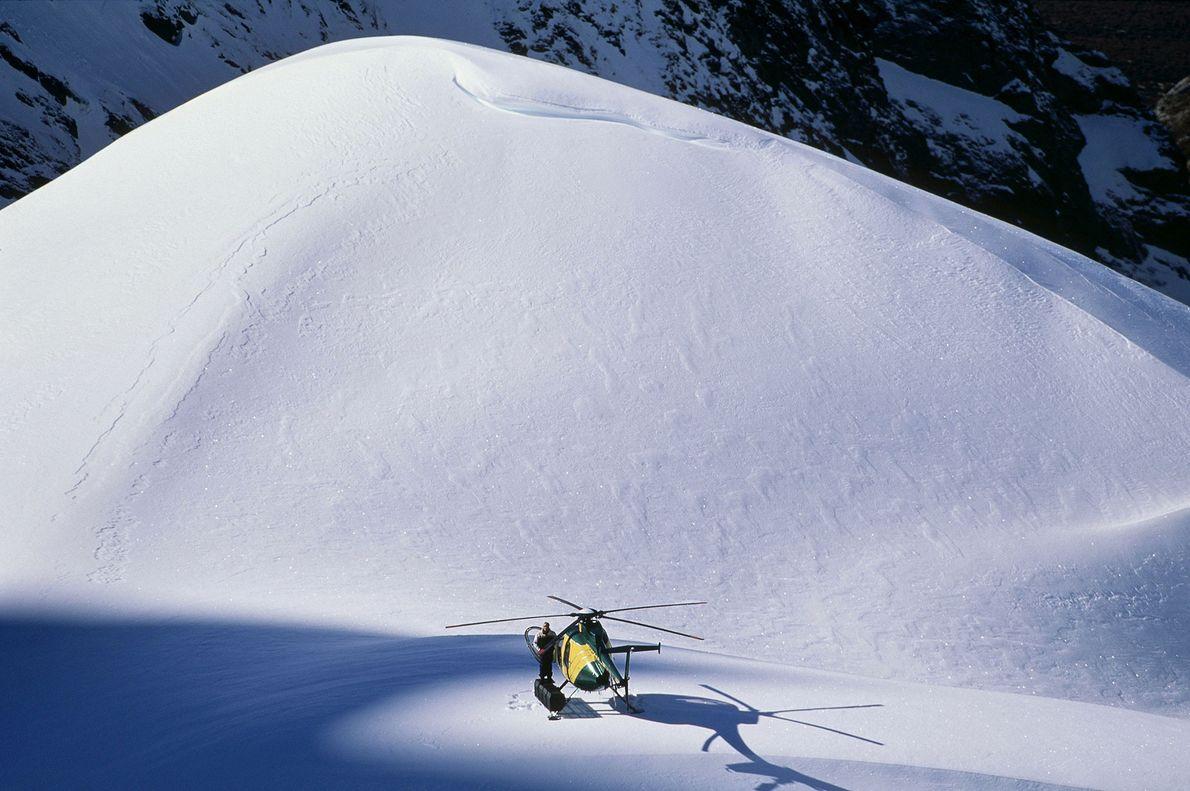 En Nouvelle-Zélande, un pilote d'hélicoptère attend que des héli-skieurs reviennent d'une descente.