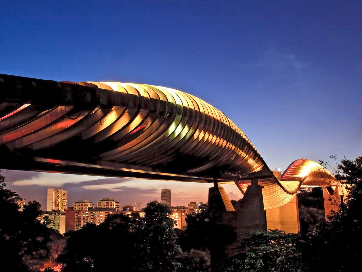 La structure spectaculaire du pont Henderson Waves est le résultat de la courbure de l'acier et ...