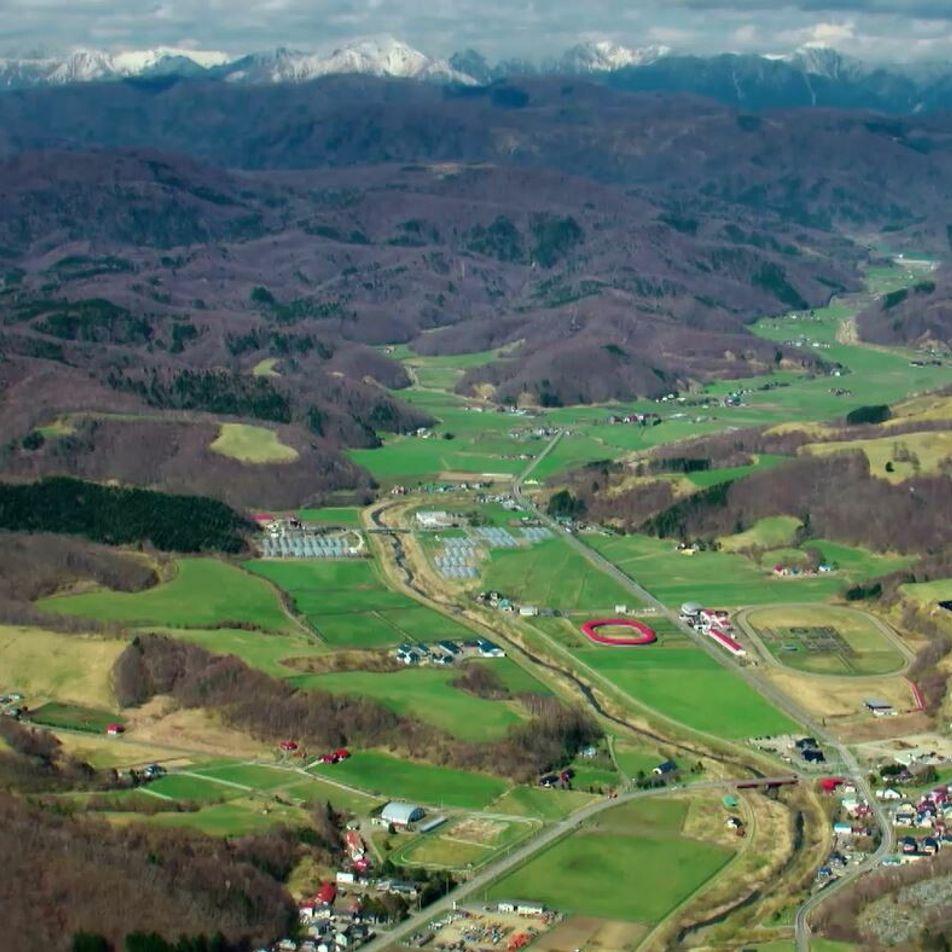 La beauté des plaines au pied des monts Hidaka