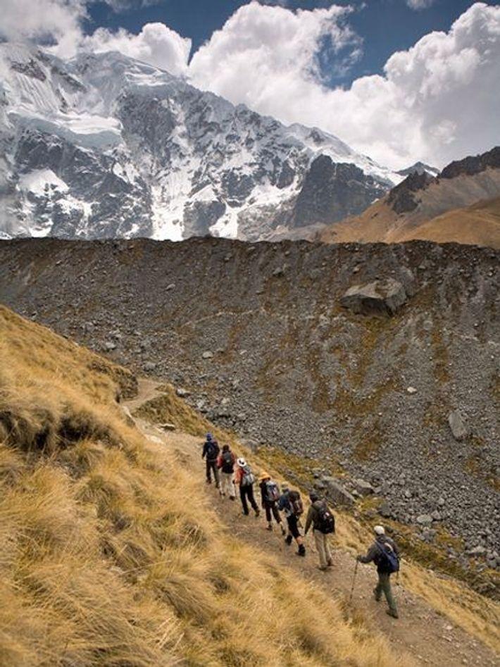Le trek de Salkantay sillonne la vallée de Mollepata, traverse le mont Salkantay, et descend dans ...