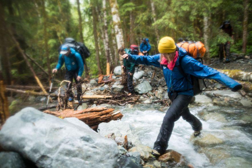 Il peut être amusant de traverser une rivière, mais en étant mouillé vous pouvez attraper froid, ...