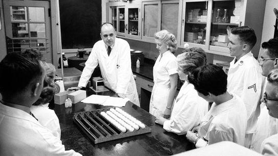 Le virologue Maurice Hilleman avec son équipe de chercheurs du Walter Reed Army Medical Research Institute ...