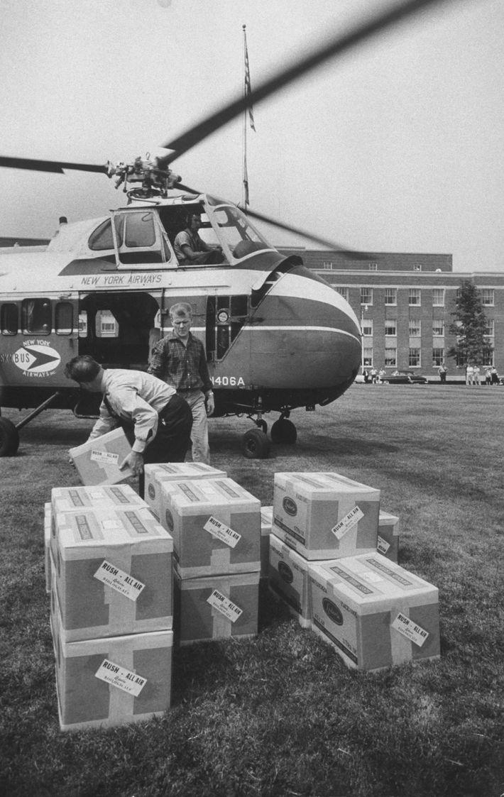 Des boîtes contenant les vaccins de Hilleman contre la grippe de 1957 sont dispatchées à travers ...
