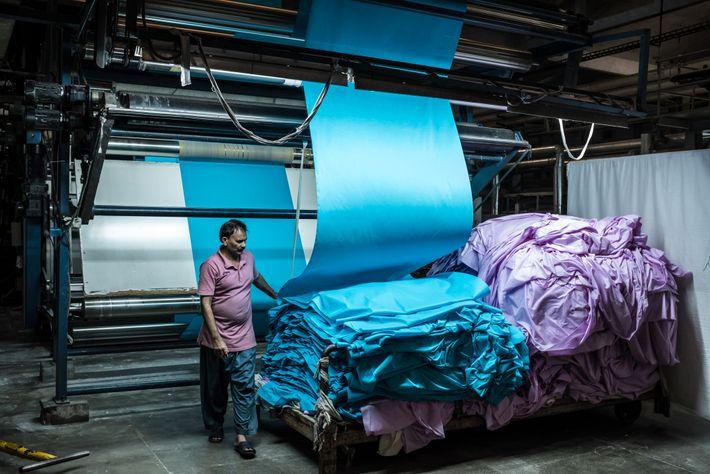 PAKISTAN - Le tissu des usines comme celle-ci à Khurrianwala, au Pendjab, contribue à plus de la ...