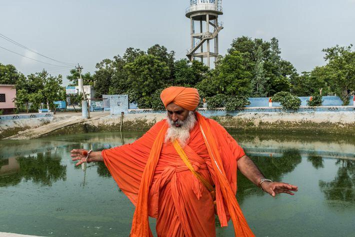INDE - Balbir Singh Seechewal, un environnementaliste sikh, montre la station de traitement d'eau qu'il a construite ...