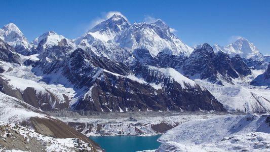 Cet alpiniste népalais a gravi les plus hauts sommets du monde à une vitesse record