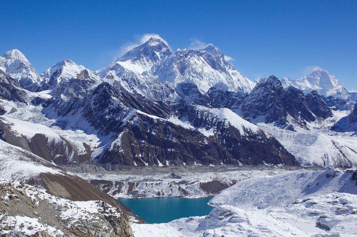 Des nuages vaporeux auréolent la cime de 3 des sommets de 8 000 mètres du monde ...