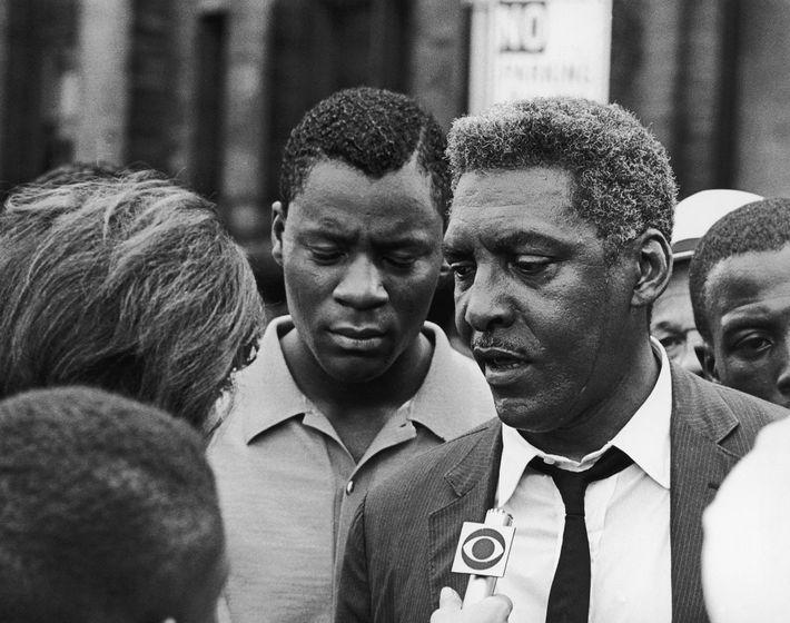Bayard Rustin, militant du mouvement des droits civiques aux États-Unis, s'adresse à un journaliste le 23 ...