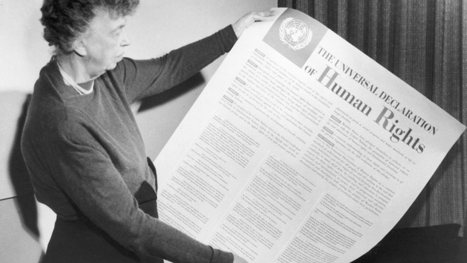 Eleanor Roosevelt tient une copie de la Déclaration Universelle des droits de l'Homme. L'ancienne Première dame ...