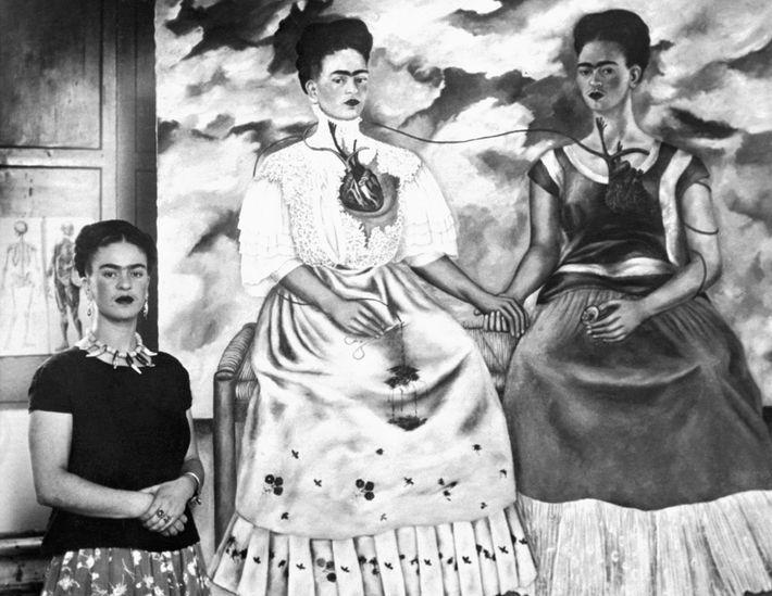Sur ce cliché pris en 1939, Frida Kahlo pose à côté de sa peinture « Les ...