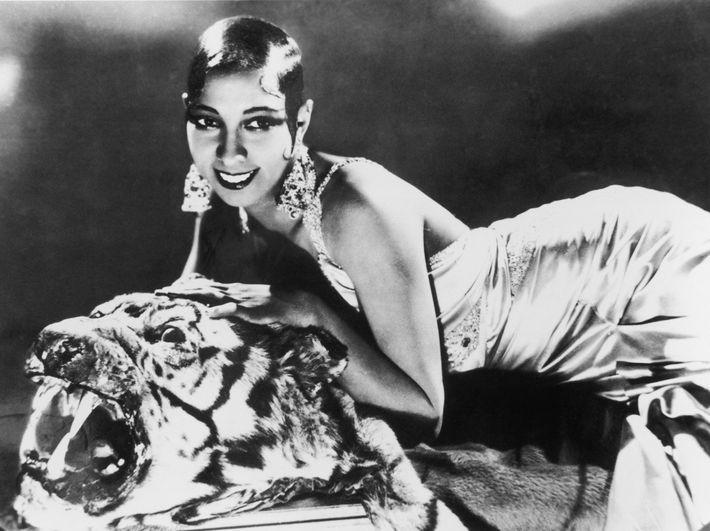 Sur ce cliché des années 1920, la chanteuse et danseuse Josephine Baker est allongée sur une ...