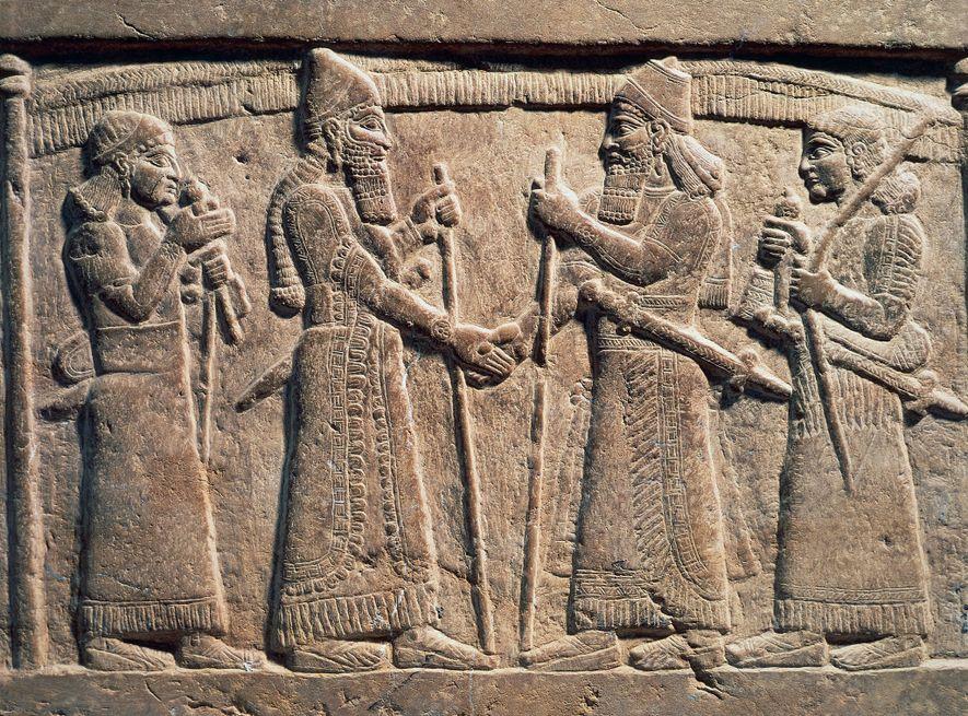 Un bas-relief datant du 9e siècle av. J.-C. montre Salmanasar III, roi d'Assyrie, serrant la main ...