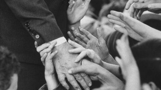La poignée de main est utilisée à des fins différentes depuis des milliers d'années. Sur cette ...