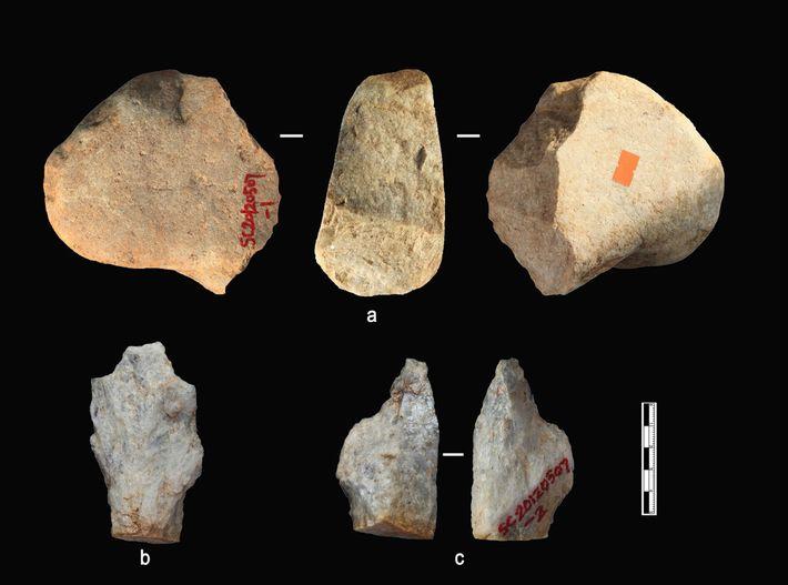 Quelques-uns des objets en pierre mis au jour dans les plus anciennes couches de sédiments du ...