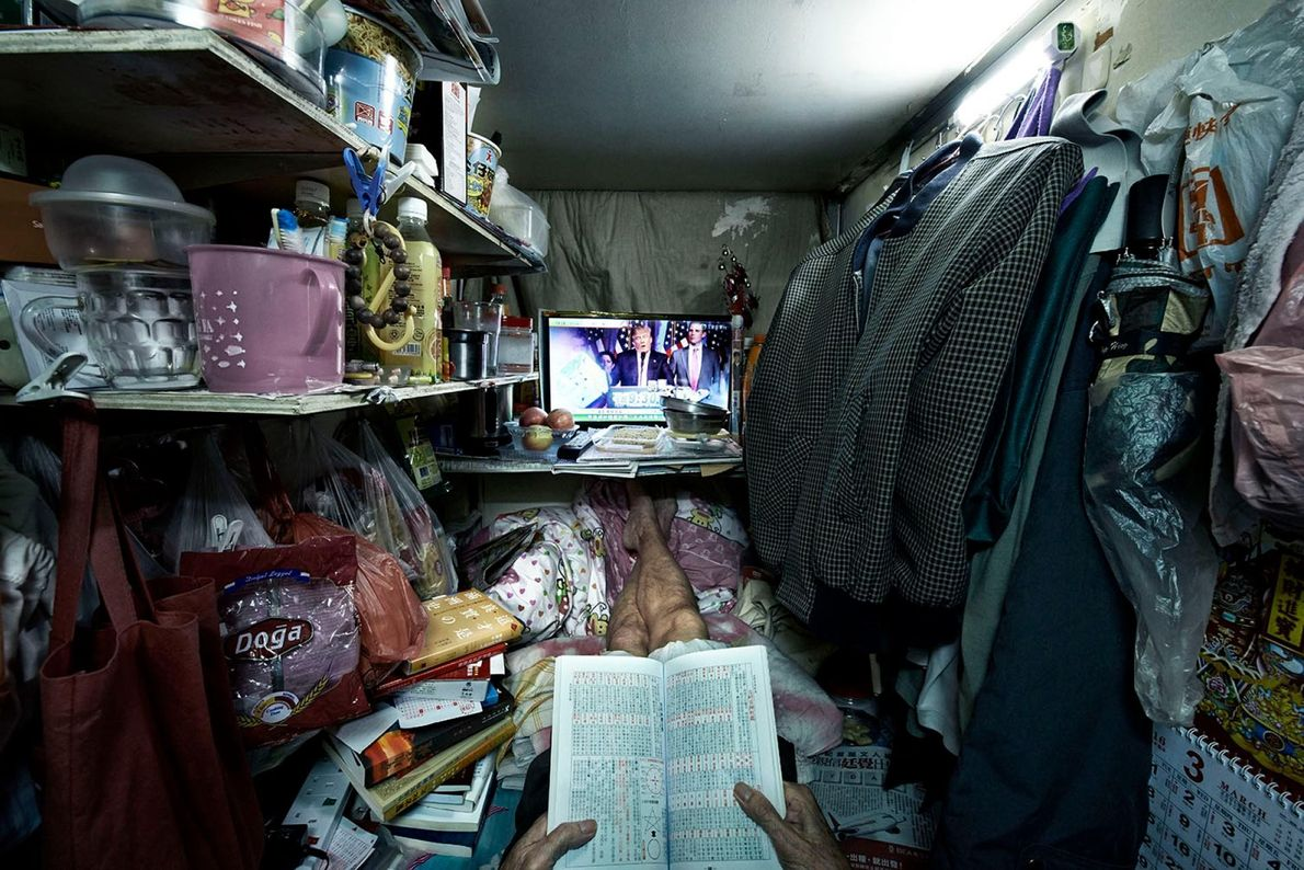 M. Leung est l'un des rares habitants de ces cages à lire énormément. Il a eu ...