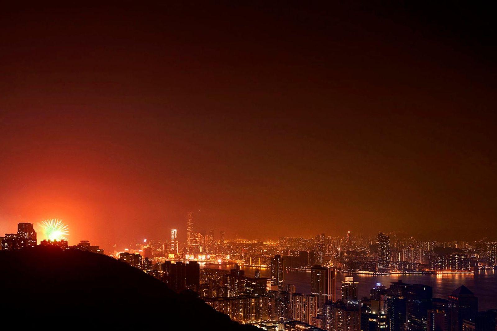 Connue depuis des lustres pour sa prospérité, Hong Kong cache sous son apparence pailletée un monde ...