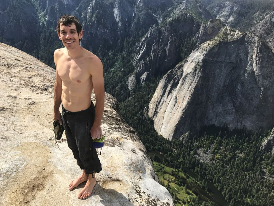 Après quatre heures d'ascension, Honnold pose avec son matériel d'escalade –soit ses chaussons et son sac ...