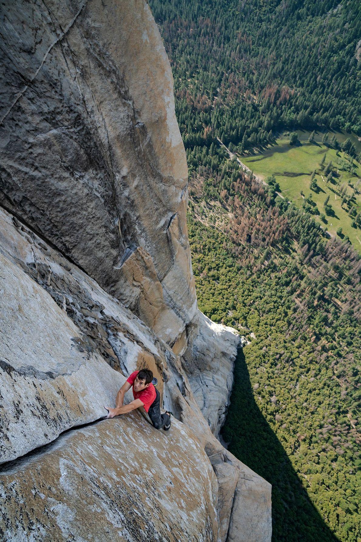 Surplombant la vallée du Yosemite qui s'étale loin derrière lui, Alex Honnold escalade en free solo ...
