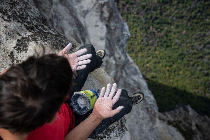 Honnold inspecte ses mains après avoir terminé l'une de ses nombreuses séances d'entraînement sur El Capitan.