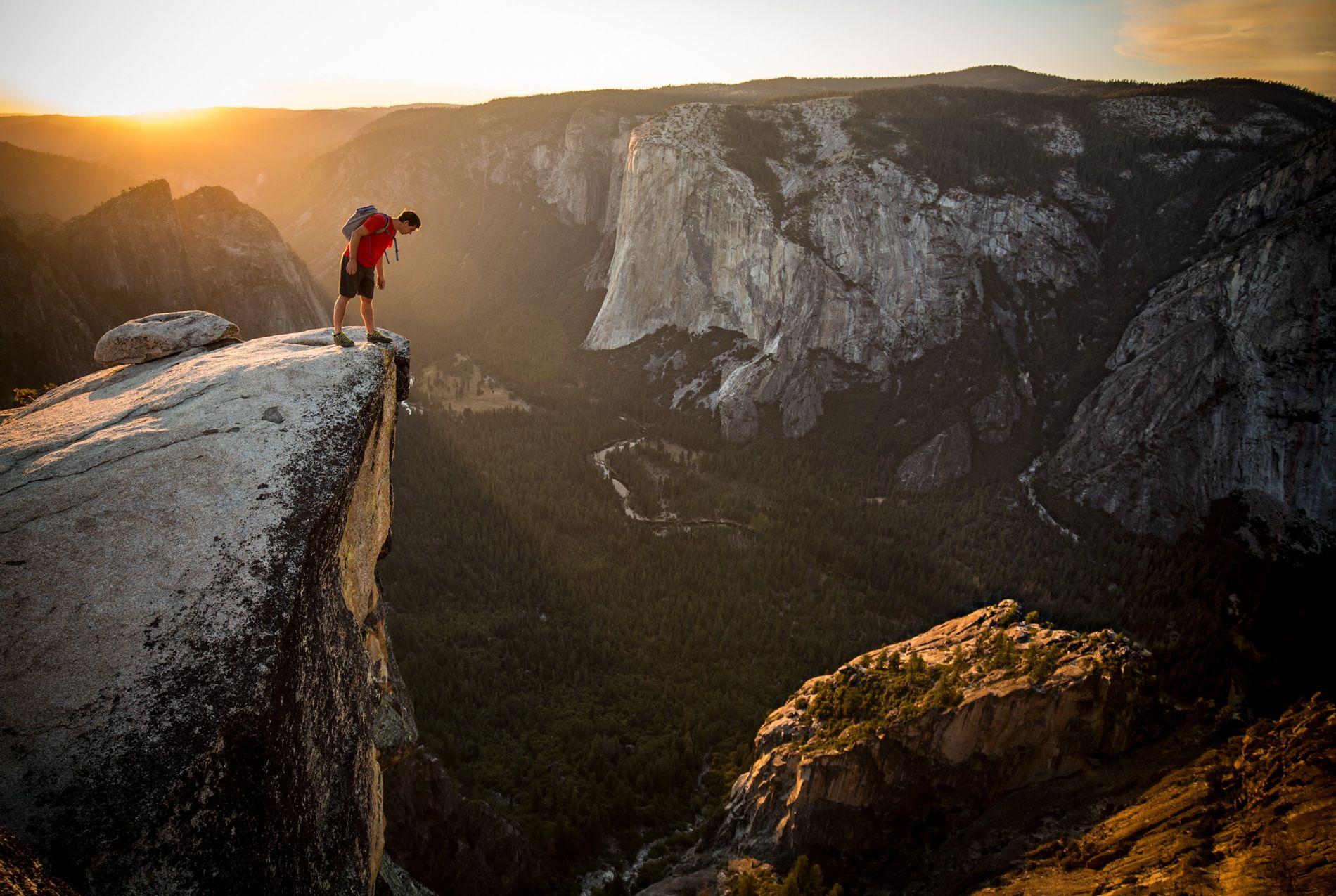 Au bord du Taft Point, Alex Honnold scrute la vallée de Yosemite, avec, de l'autre côté, ...
