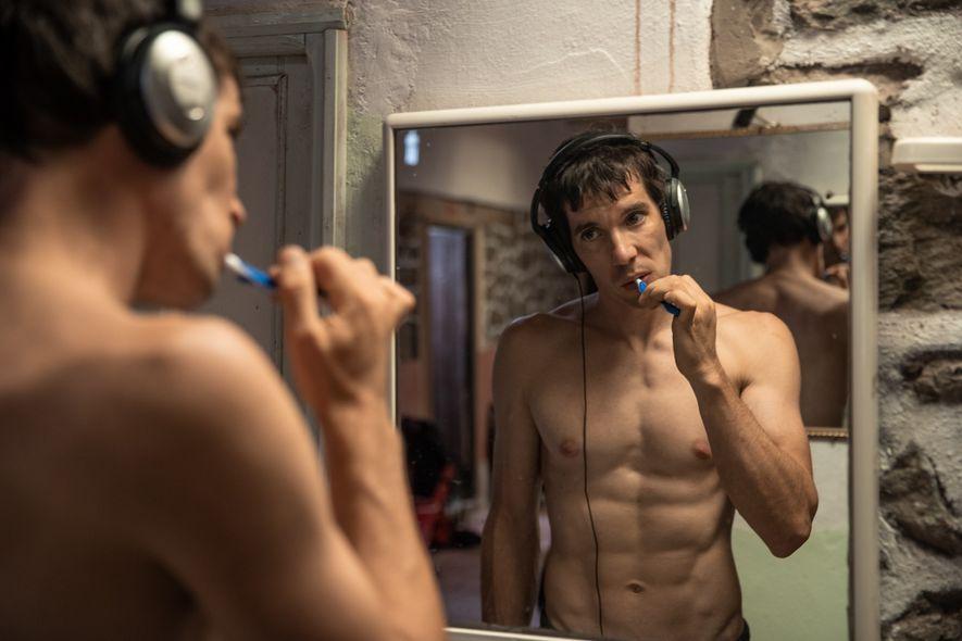 Honnold, 33 ans, écoute de la musique en se brossant les dents, à l'aube d'une journée ...