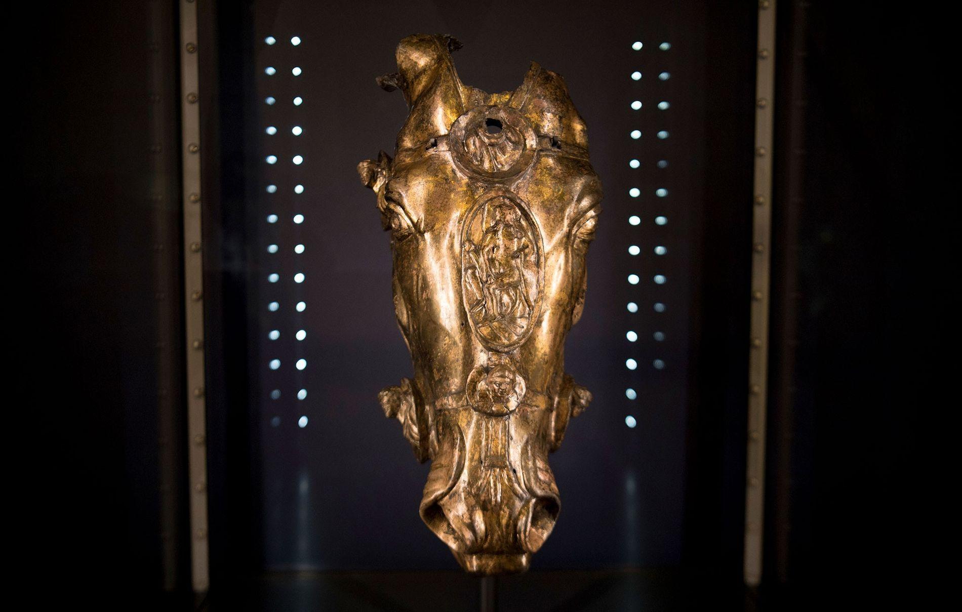 Désormais exposée en Allemagne, cette tête de cheval dorée appartient certainement à une statue grandeur nature représentant un empereur romain et sculptée en l'an 1 après J.-C.