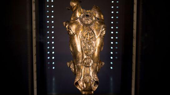 Désormais exposée en Allemagne, cette tête de cheval dorée appartient certainement à une statue grandeur nature ...