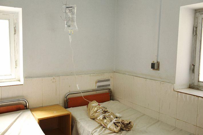 Un bébé est allongé dans une salle d'observation de l'hôpital de la province de Helmand, après ...