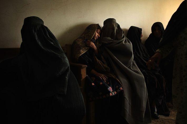 Une mère attend avec sa fille dans la salle d'attente des urgences de l'hôpital de Boost, ...