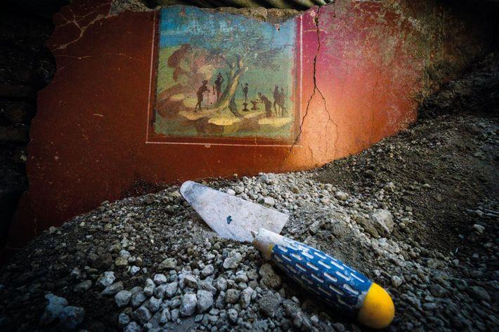 Cette fresque, récemment découverte à l'intérieur de la maison au jardin, représente un arbre majestueux au ...