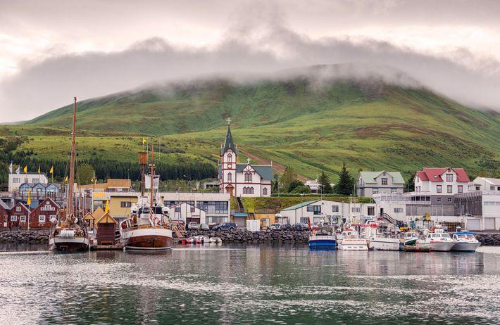 La tranquille ville portuaire de Húsavík, épicentre de l'observation de baleines en Islande.