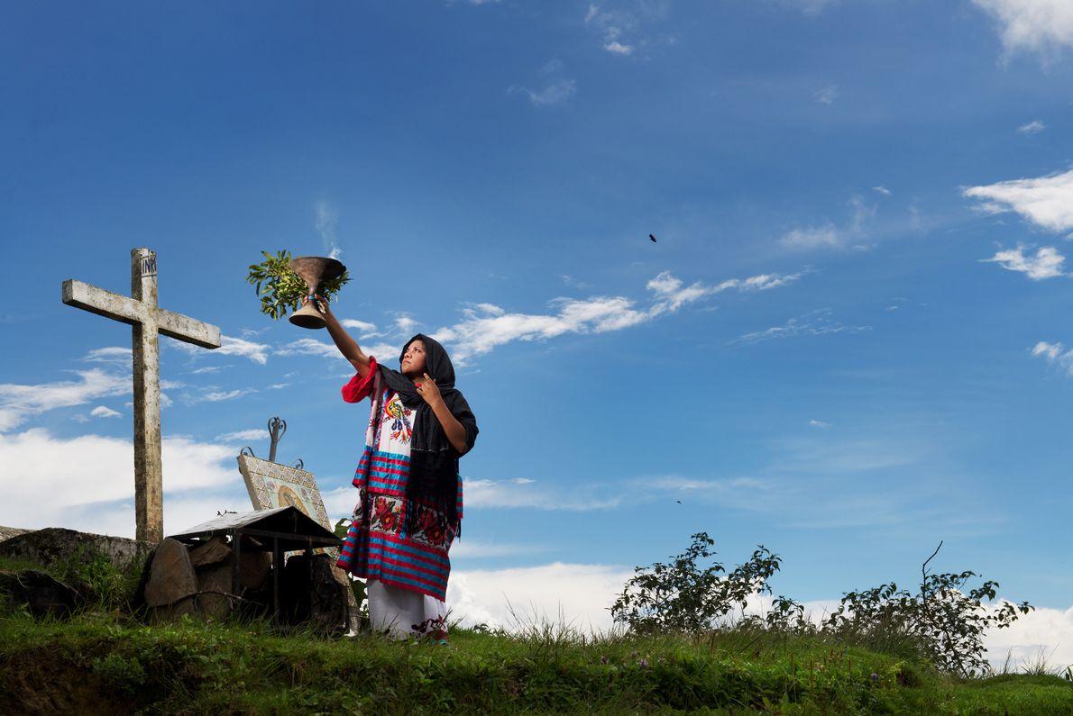Chaque année, des milliers de personnes se rendent dans les montagnes de Huautla afin d'y faire ...
