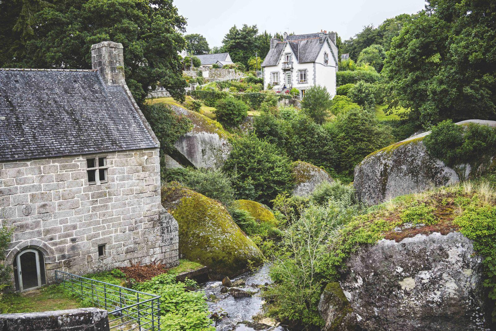 Parsemé de roches couvertes de mousse et regorgeant de légendes arthuriennes, le village d'Huelgoat est un ...