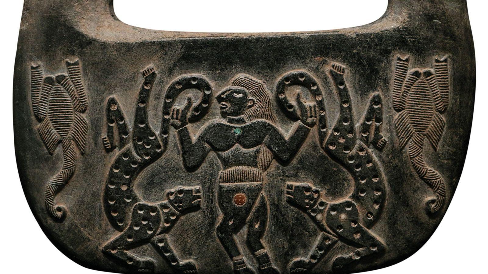 Sur cet artefact en chlorite découvert sur le site de Jiroft, on distingue deux scorpions de ...