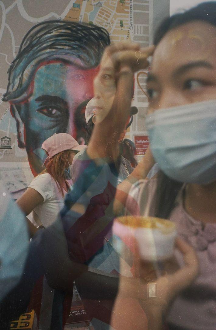 À Yangon, des manifestants utilisent de la thanaka, une peinture faciale birmane traditionnelle, comme signe de ...