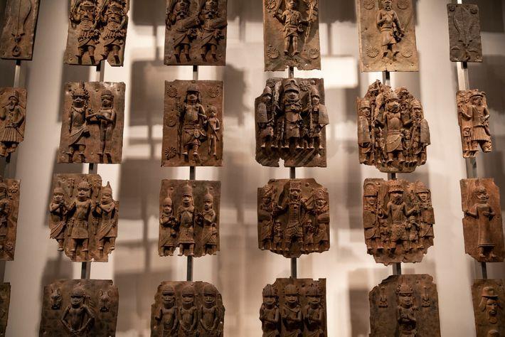 Ces plaques de laiton qui décoraient autrefois le palais royal du Bénin fascinent désormais les visiteurs ...