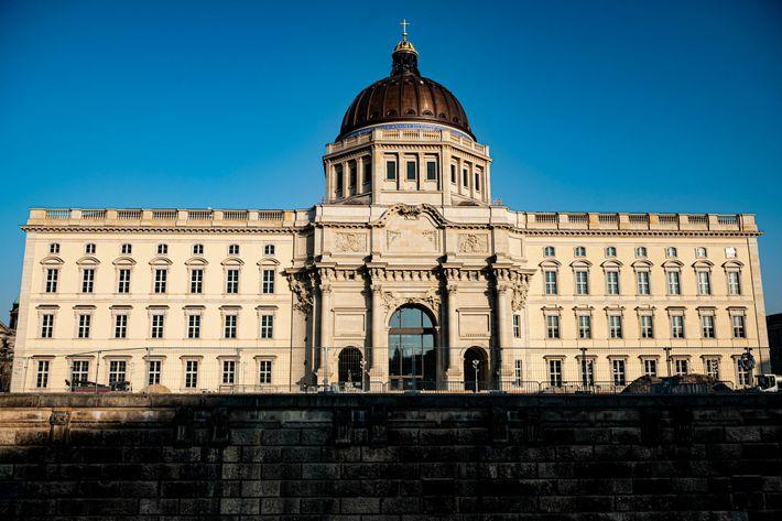 Installé en plein cœur de Berlin au sein d'un palais prussien reconstruit, le Humboldt Forum est au ...