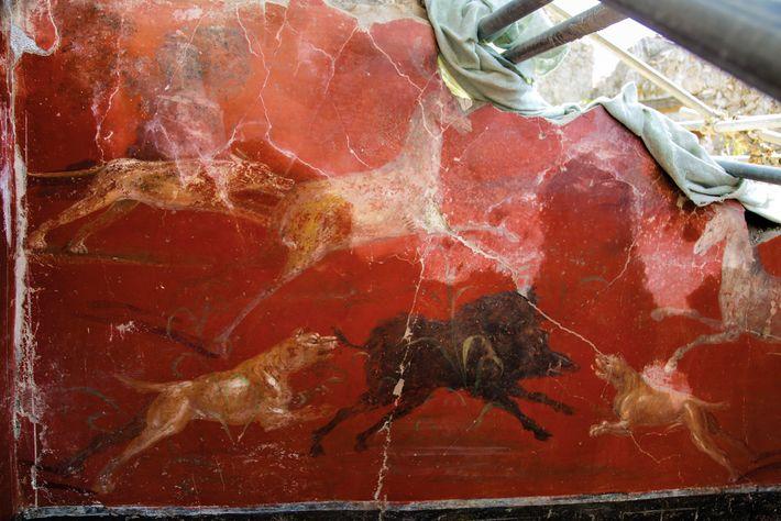 Une scène de chasse orne l'un des murs du lararium.