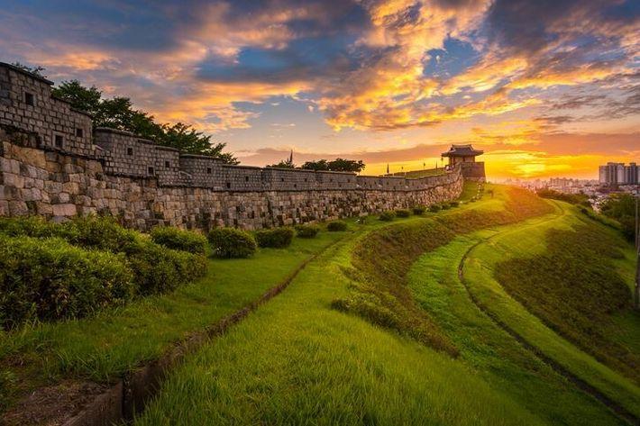 Forteresse de Hwaseong au coucher du soleil.