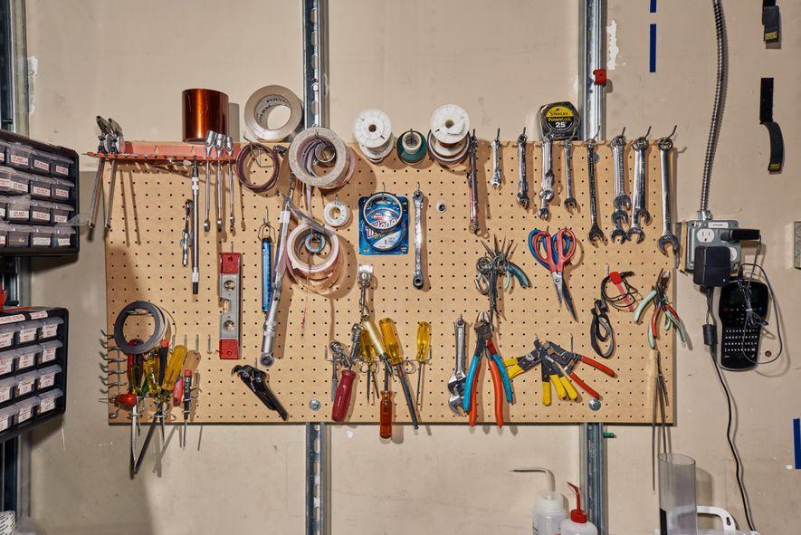 Dans le laboratoire, différents outils et fournitures sont accrochés dans la salle blanche.