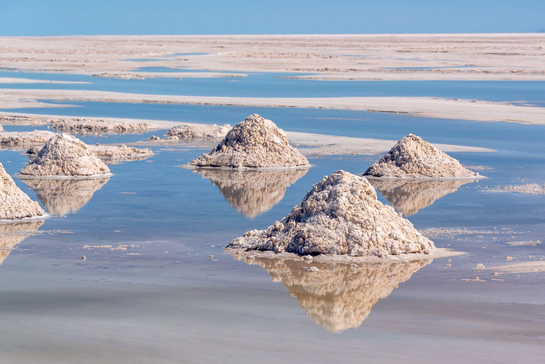 En Bolivie, le salar d'Uyuni est la plus grande réserve de lithium, qui permet notamment la ...