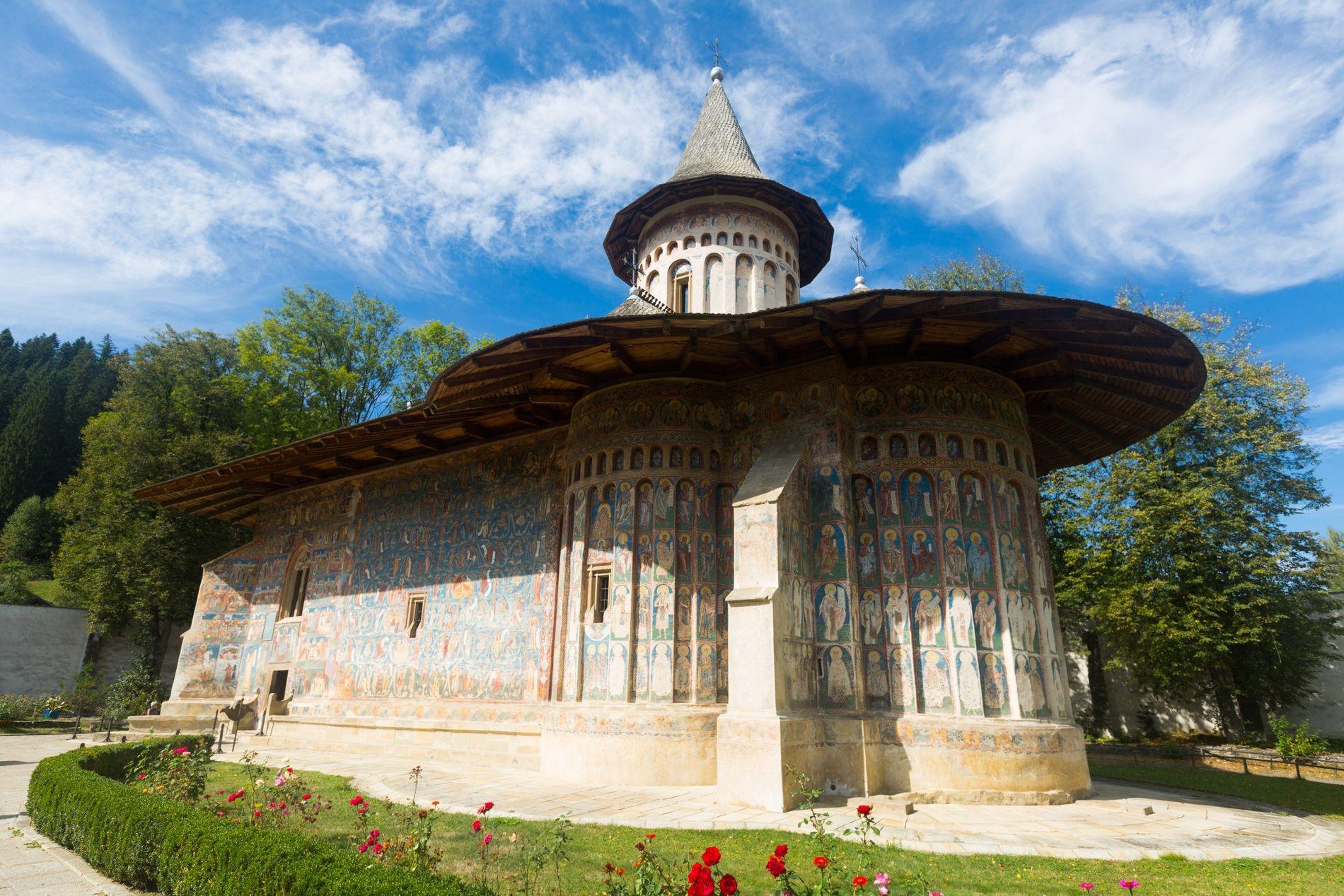Église peinte dans le monastère de Voroneț, en Roumanie.