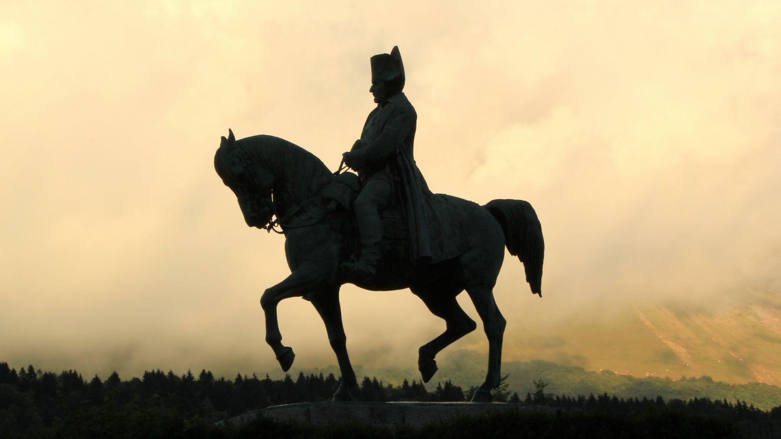 Une statue de Napoléon semble surplomber Laffrey (Rhône-Alpes), en France.