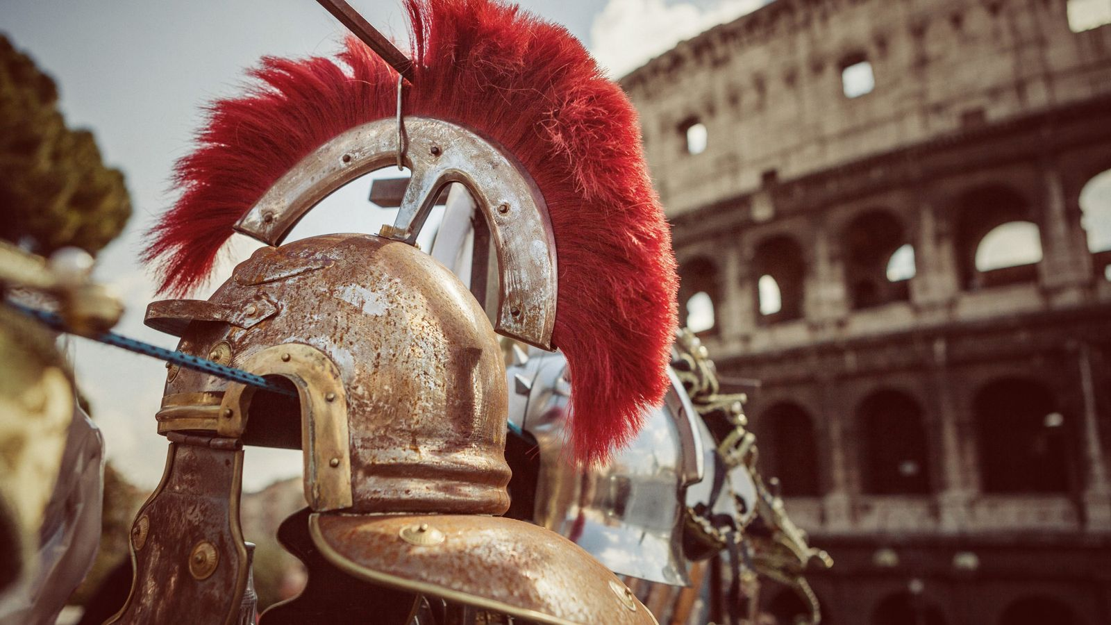 Casques de centurions exposés devant le Colisée, à Rome.