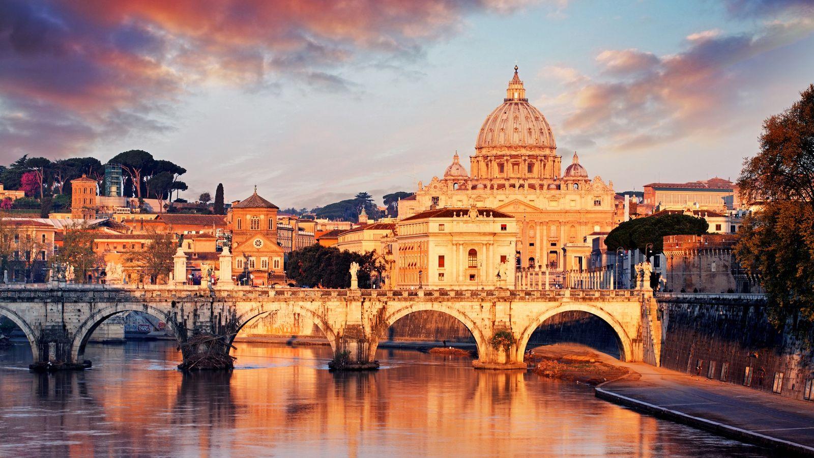 La basilique Saint-Pierre se distingue dans le paysage romain au coucher du soleil. Sa façade a ...