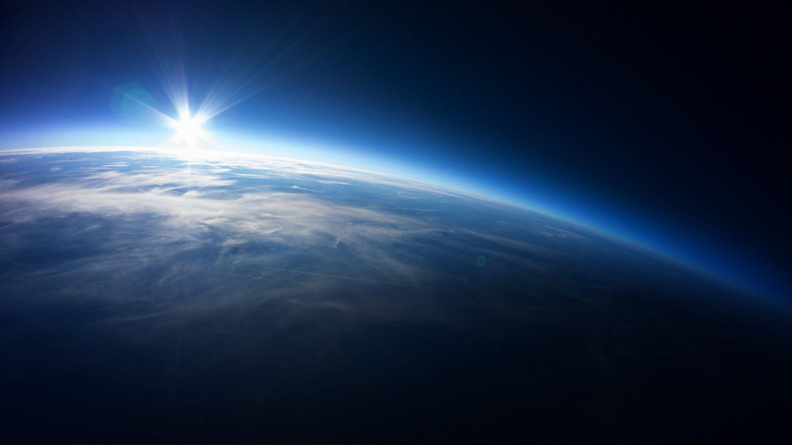 L'atmosphère terrestre est semblable, vue de l'espace, à une fine pellicule bleue enveloppant notre planète. Elle ...